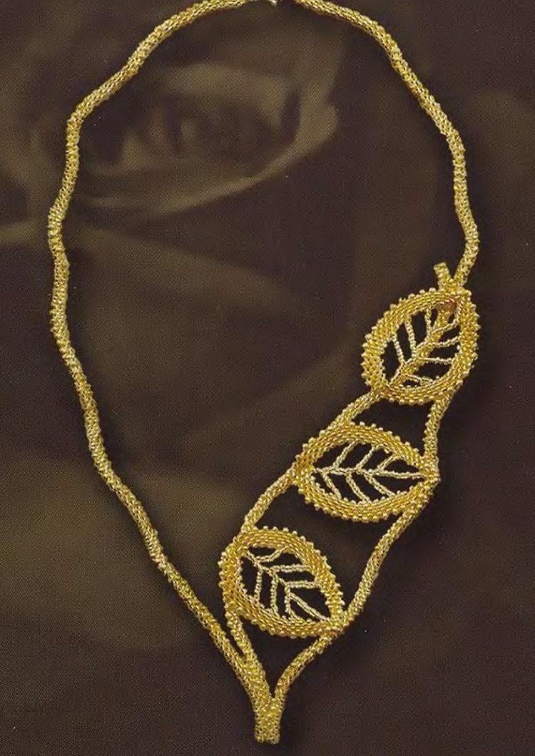Для плетения этого шикарного украшения вам понадобится бисер золотого цвета мелкого размера и размера покрупнее.
