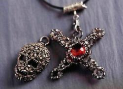 кулон череп и крест