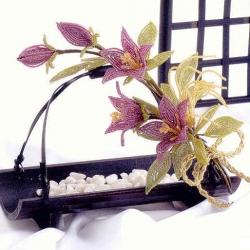 Учимся плести простые, но удивительно красивые цветы из бисера. Немного практики и в вашем доме появятся красивые букеты цветов из бисера.