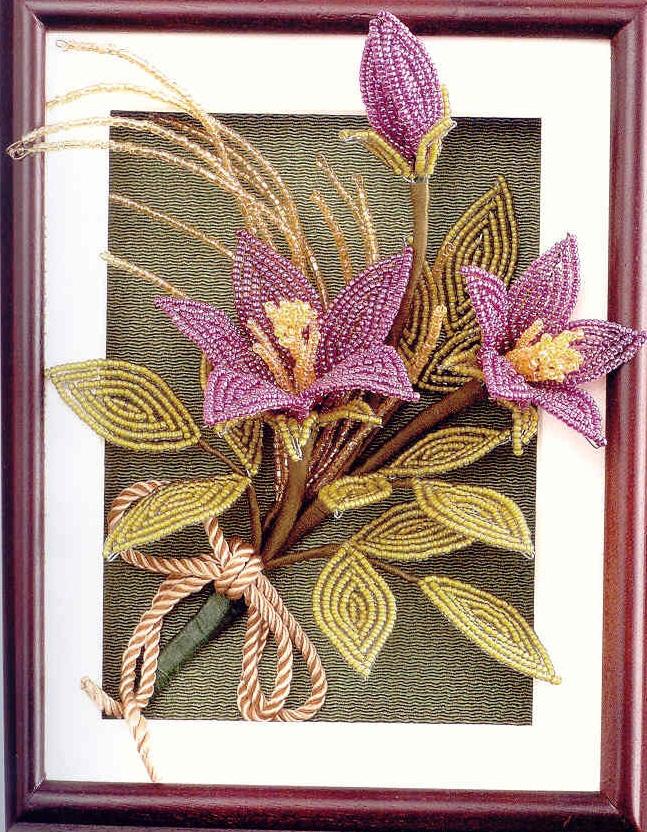бисер розового цвета - золотистый бисер - зеленый бисер, любого оттенка - проволока - шелковые или капроновые нитки...