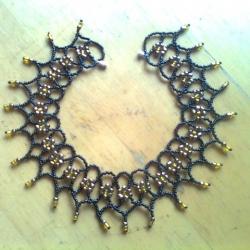 украшение из черного и золотого бисера