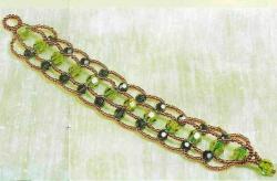 плетем браслет из салатовых бусин