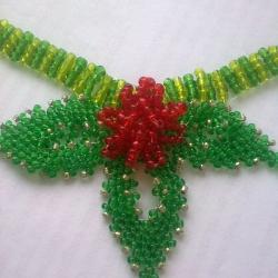 Зеленый листик и красный цветок украшающие колье из бисера. Описание плетения и фото изделия, схема.