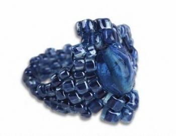 Перстень из синего бисера.