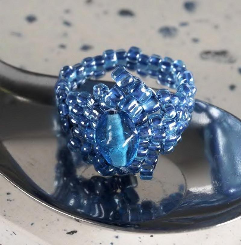 Перстень из синего бисера