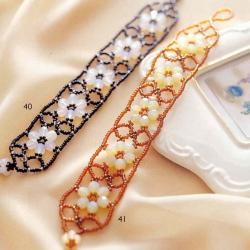 Красивый браслет из бисера и граненых бусин. Нежные цветочки на браслете, который вы можете сделать сами.