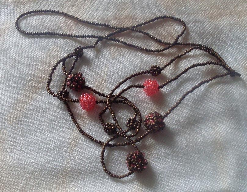леску для бисероплетения, бисер прозрачный ярко-розовый, бисер бронзовый металлик, иглу для бисероплетения.