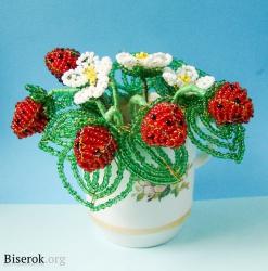 Стебли ягод, цветов и листьев нужно обмотать зелёными нитками.  Свои кустики можете поставить в вазу, или в...