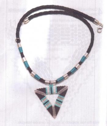 Голубой треугольный кулон из бисера фото готового изделия