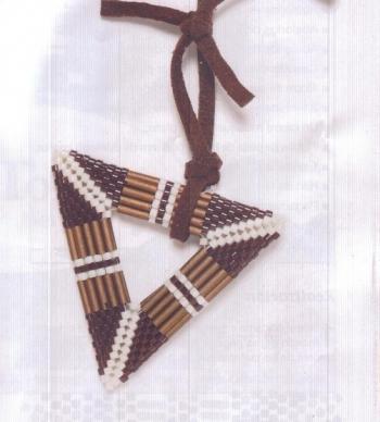 Коричневый треугольный кулон из бисера фото готового изделия