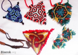Треугольные украшения из бисера