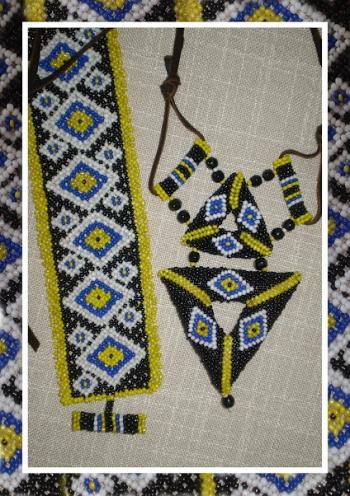 Комплект треугольных украшений из бисера