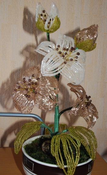 Букет цветов из бисера кофейного цвета