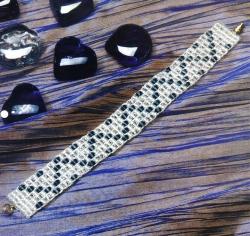 """Белый браслет  """"Волна удачи """" из бисера и бусин.  Подробное описание работы, схема плетения и фото готового браслета."""