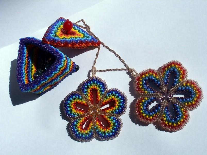 Сегодня будем учиться плести подвеску в виде цветка, выполненного в технике бисероплетения мозаика и состоящего из...