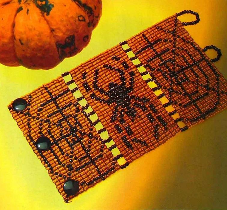 Интересный браслет из бисера с изображение паука и паутины.  Широкий манжет на Хэллоуин.  Описание работы, схема и...