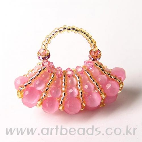 Сумочка из розовых бусин