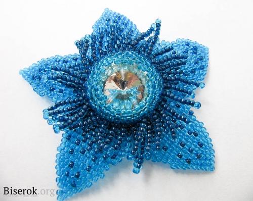 Цветок из голубого бисера