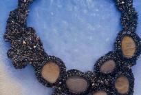 Ожерелье из бисера с кабошонами