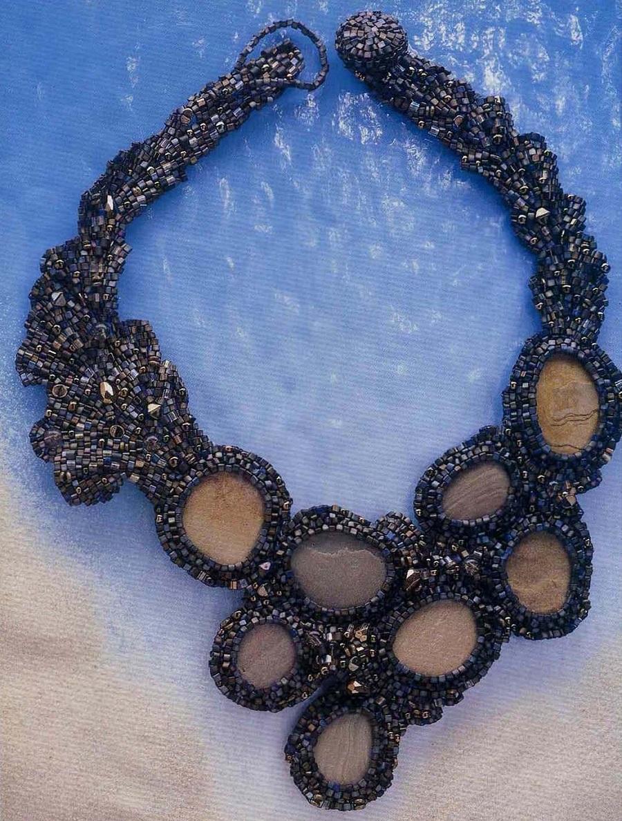 Ожерелье из бисера с кабошонами.