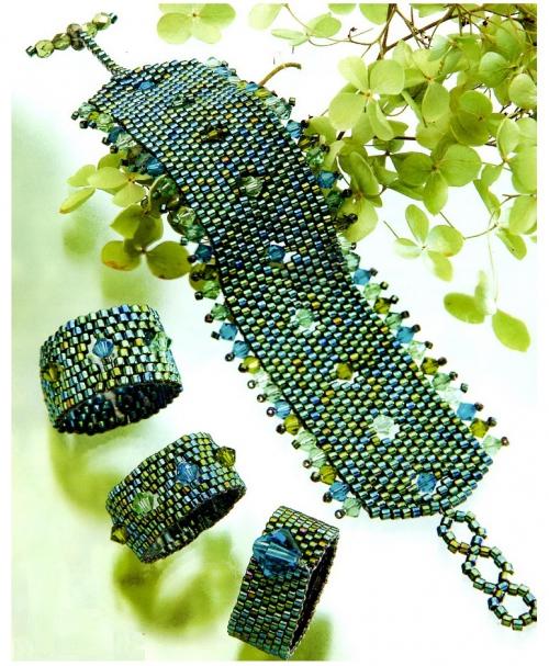 Зеленое кольцо и браслет из бисера