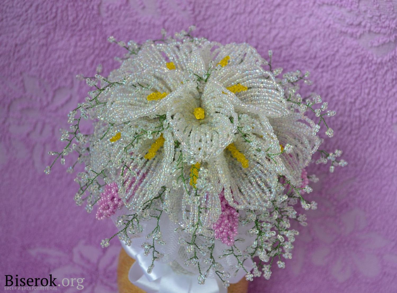 букет цветов каллы.  Свадебный букет из бисера.