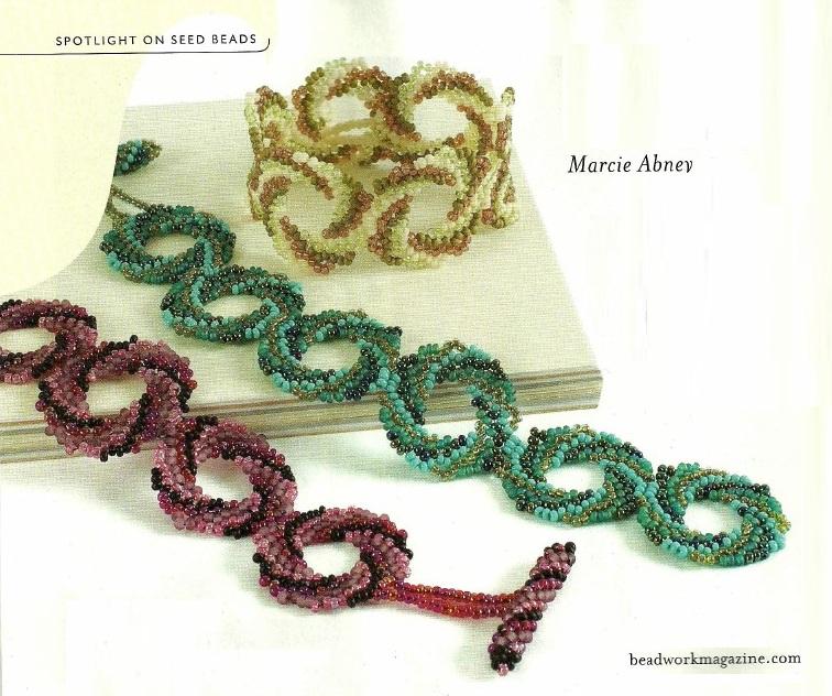 Пошаговая схема плетения.  Симпатичные бублики, сплетенные из бисера и скрепленные между собой в цепочку.
