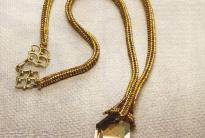 золотой жгут с кулоном