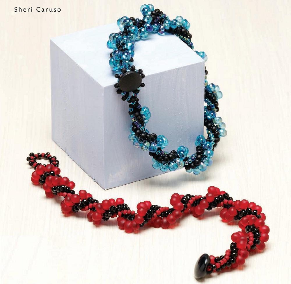 """Техника плетения этих браслетов, называется  """"ндебеле """".  В результате использования каплевидных бусин и удалось автору..."""