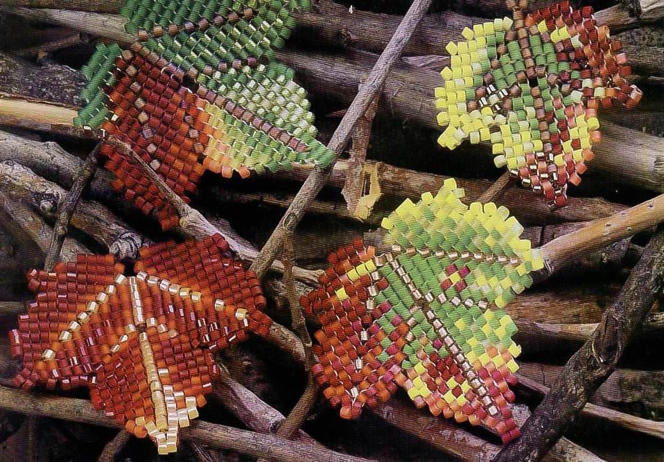 Опавшие листья, сплетенные из бисера.