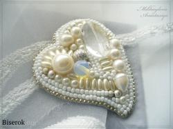 Белая брошь в виде сердца