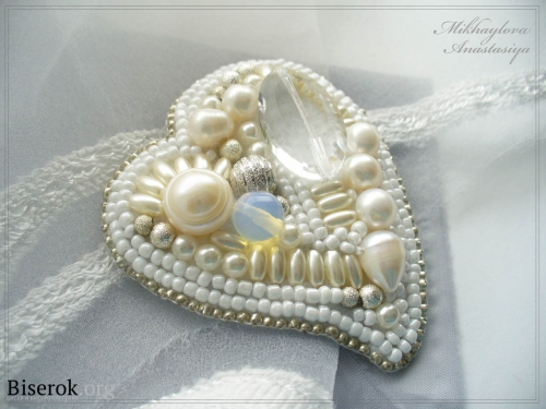 Fehér bross formájában szív