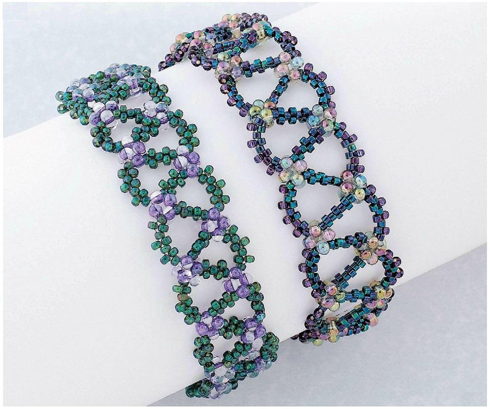 Прекрасные простые браслеты из бисера и бусин, сплетены в мозаичной технике в виде цепочки.