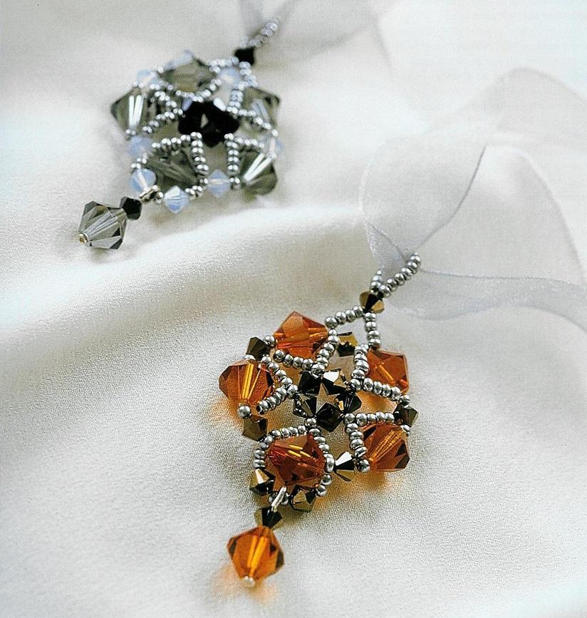 Простые кулоны из бисера и биконусных кристаллов. .  Очень красивые подвески, сплетены по схеме. .