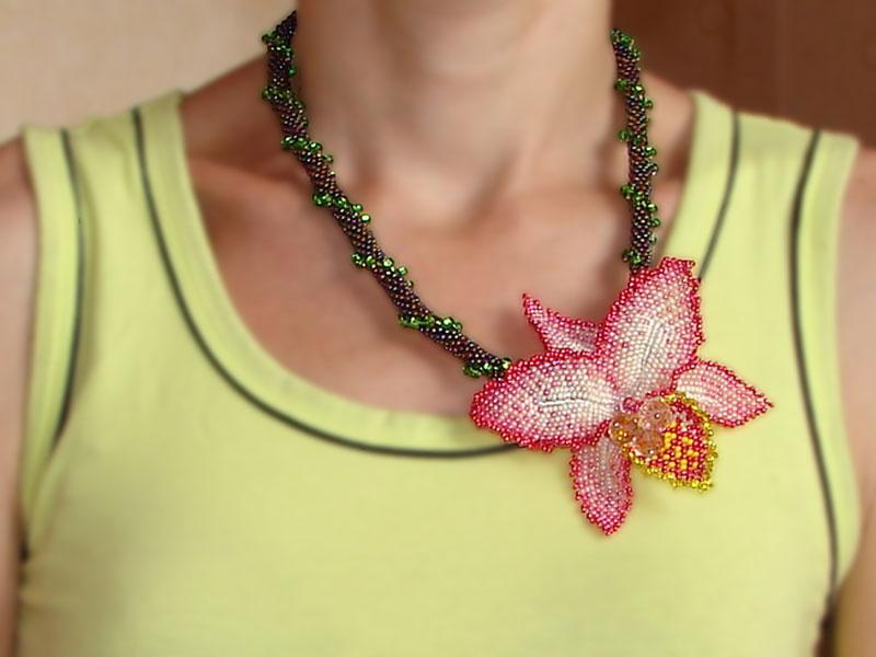 Такую орхидею можно прикрепить к жгуту из бисера.
