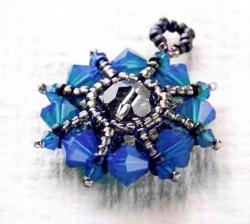 Синий кулон из бисера и кристаллов.  Учимся плести красивые украшения из бусин и бисера.