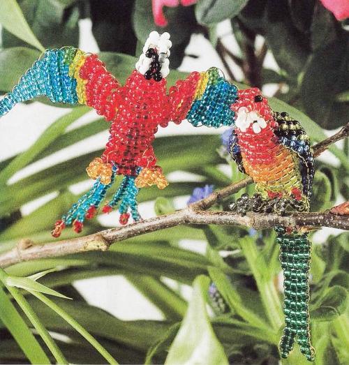 попугаи сплетены из бисера. два попугая своими руками.