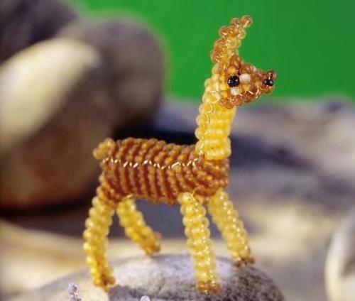 Игрушка лама выполнена из бисера на проволоке