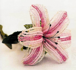 Розовая лилия из бисера