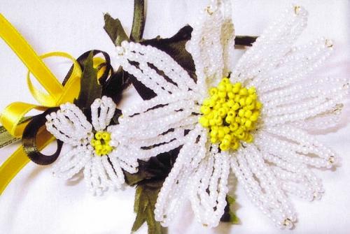После...  Маргаритка очень похожа на ромашку, плести ее очень просто, сначала нужно сделать серединку цветка.