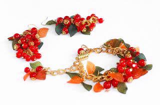 самодельный браслет из красных бусин
