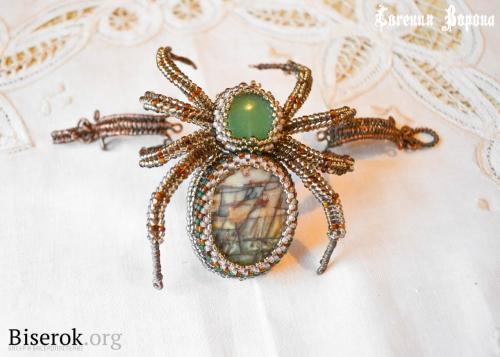 Сегодня предлагаю вам сделать вот такой оригинальный браслет с пауком.  Бисер разных цветов ( в моем случае 5 цветов)...