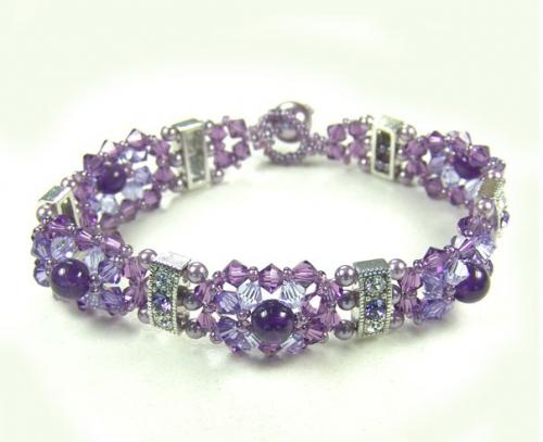 нежный браслет в фиолетовых тонах из бисера и бусин биконусов с металлическими вставками
