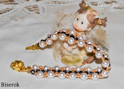 нежный изысканный браслет из бисера и жемчуга в стиле Коко Шанель.