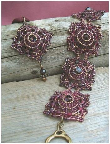 бордовый браслет из бисера, квадратные мотивы, плетение от центра по кругу