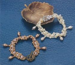 браслет сплетенный из косых звеньев с жемчужными бусинами, схема, описание, пошаговые фото