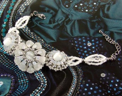 браслет из бисера и бусин, белый цветок, схема
