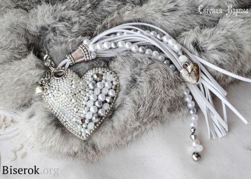 брелок из бисера и бусин, сердце, кирпичное плетение на проволочном каркасе