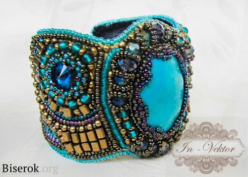 голубой браслет с бисером