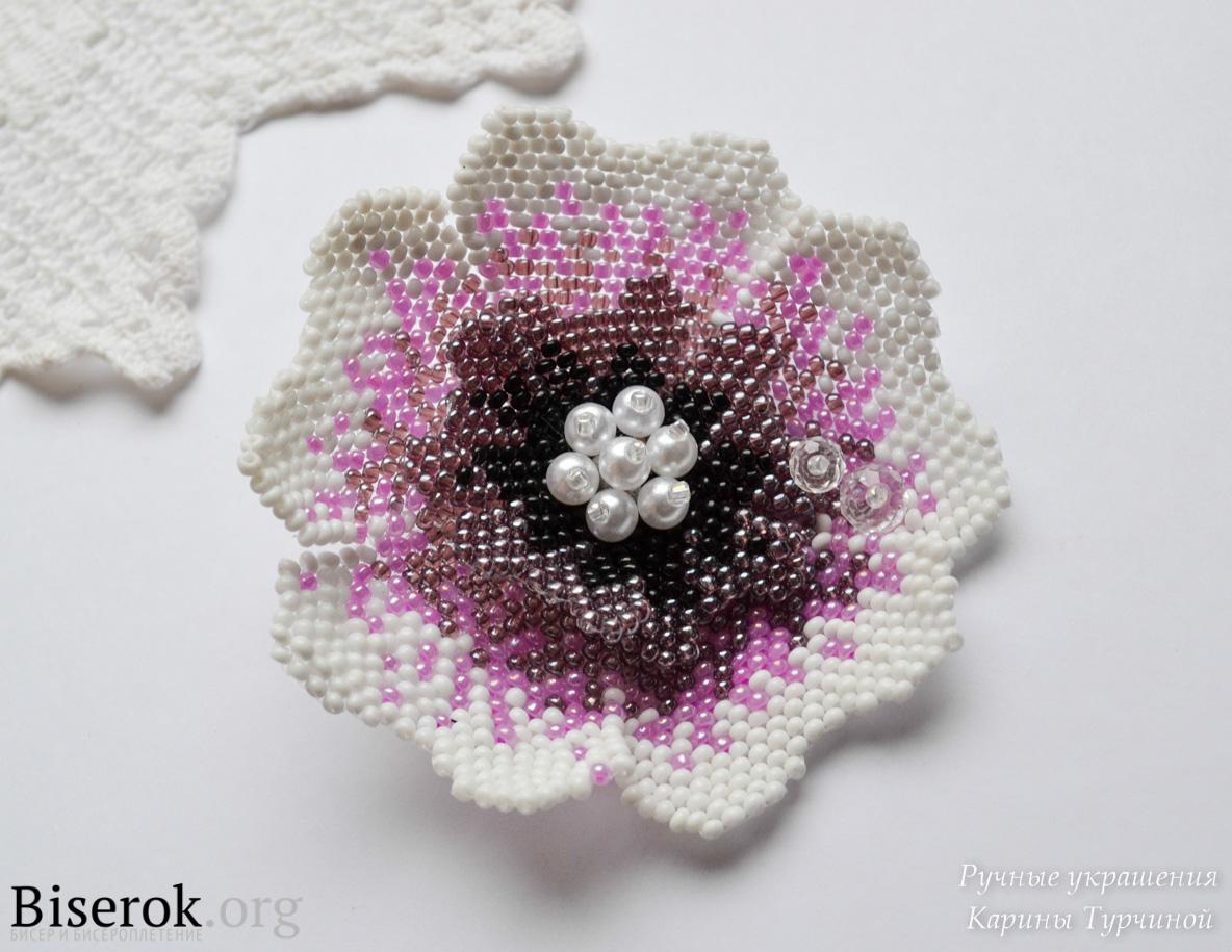 Мне очень нравятся плетеные цветы из бисера, ведь из них можно делать броши, шикарные колье, оригинальные украшения...